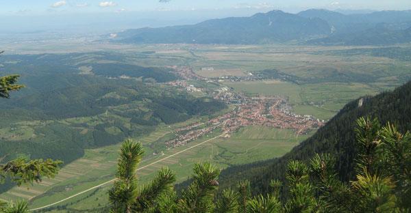 Vedere spre Zărneşti, de pe vârful Piatra Mică