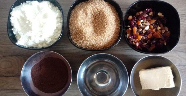 Ingrediente ciocolată de casă: lapte praf, zahăr, merișoare, piersici, migdale, cacao, apă, unt