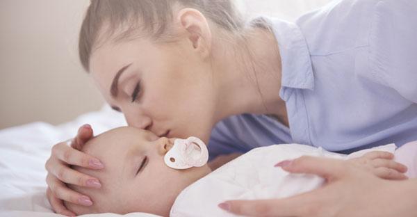 Îi dăm sau nu suzeta bebelușului?